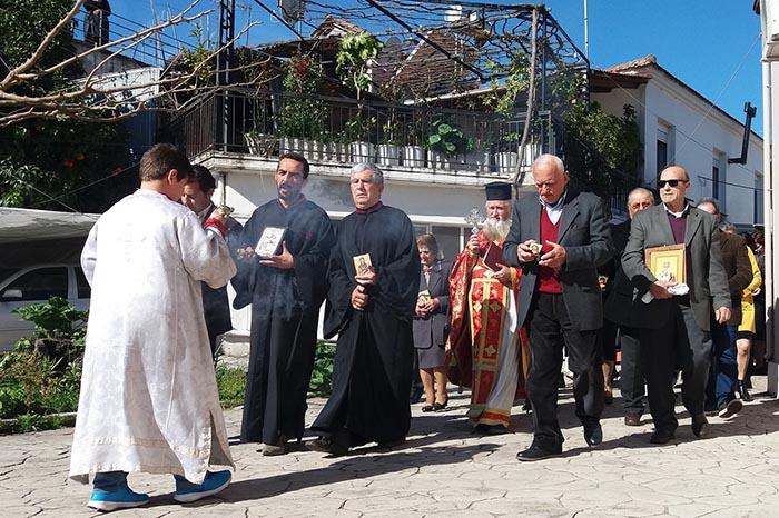 Η περιφορά των ιερών εικόνων στα Καλύβια Αγρινίου (φωτο)