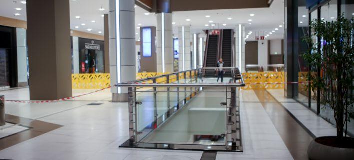 Πτώση γυναίκας στο the Mall Athens: Μιλούσε στο τηλέφωνο και ξαφνικά την είδαν να βουτάει στο κενό