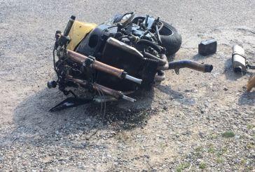 «Κομμάτια» μηχανή μετά από τροχαίο στη Νεάπολη- ο εξοπλισμός έσωσε στον οδηγό