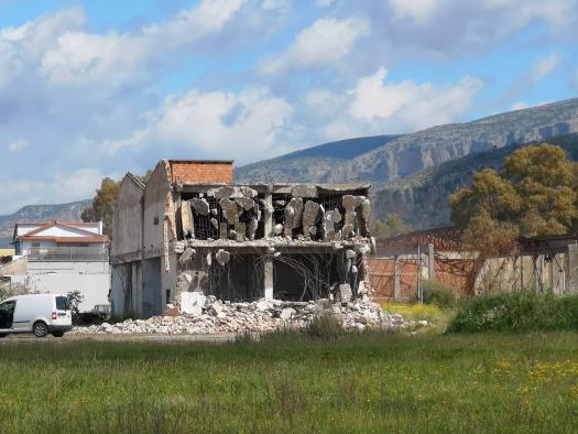 Γκρεμίζεται το παλιό κτίριο του Άστιγγα στο Αιτωλικό