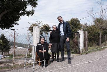 Tα κλικ, το tweet και οι δυο γιαγιάδες στην χαλαρή επίσκεψη Μητσοτάκη