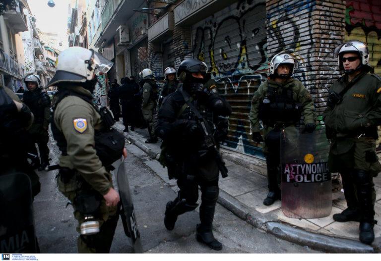 Επιχείρηση «σκούπα» στα Εξάρχεια – Συλλήψεις και προσαγωγές