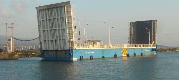 Βλάβη στην πλωτή γέφυρα της Λευκάδας- δεν περνούν μεγάλα σκάφη από την πλευρά της Αιτωλοακαρνανίας