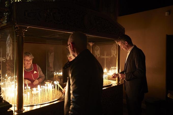 Πρόλαβε και άναψε και κερί στον Ι.Ν.Αγίου Δημητρίου ο Κυριάκος Μητσοτάκης