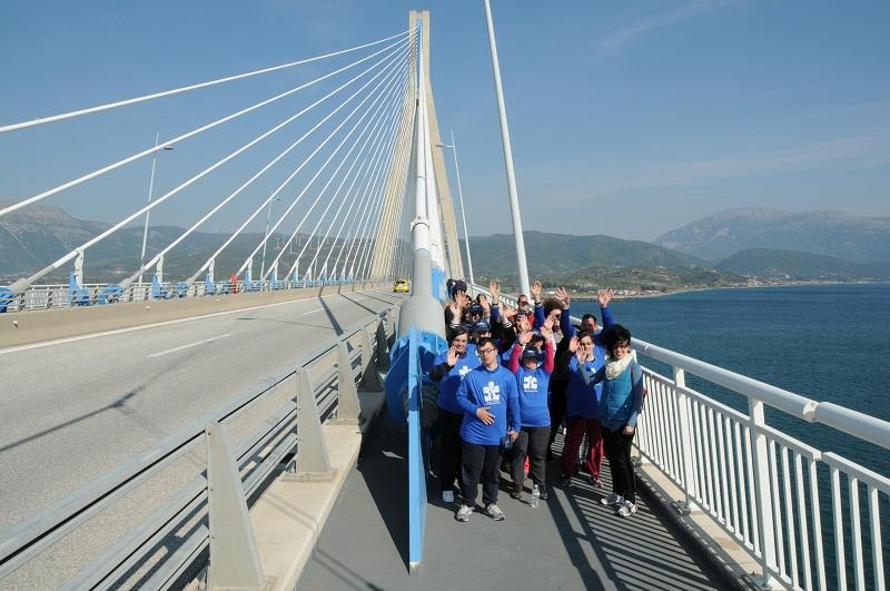 Τα παιδιά του «Παναγία Ελεούσα» περπάτησαν τη Γέφυρα Ρίου- Αντιρρίου για την Παγκόσμια Ημέρα Αυτισμού