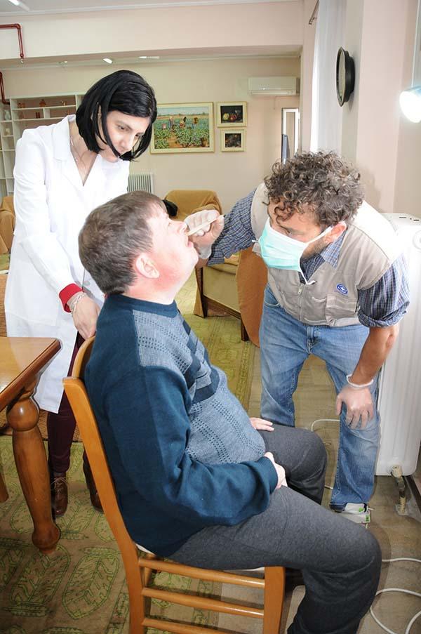 """Οδοντιατρικοί έλεγχοι στο Εργαστήρι """"Παναγία Ελεούσα"""" από τους """"Γιατρούς του Κόσμου"""" (φωτο)"""