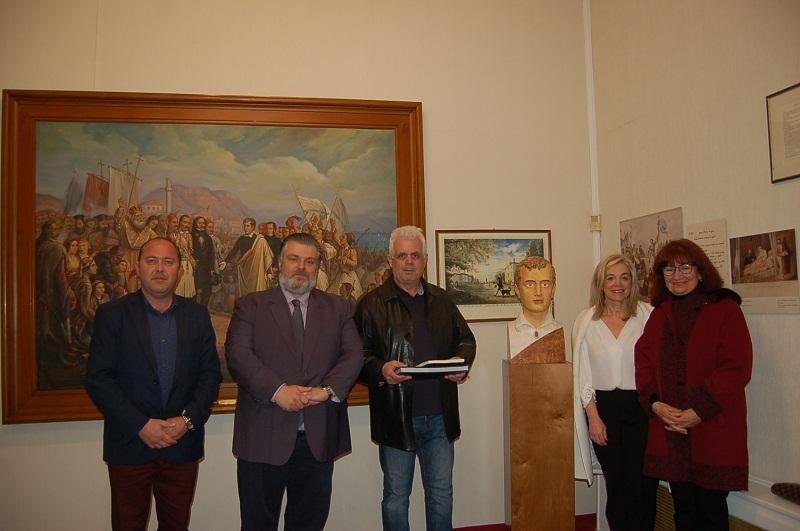 Προτομή του Λόρδου Βύρωνα φιλοτέχνησε και πρόσφερε στο Δήμο Μεσολογγίου ο Βασίλης Παπασάικας