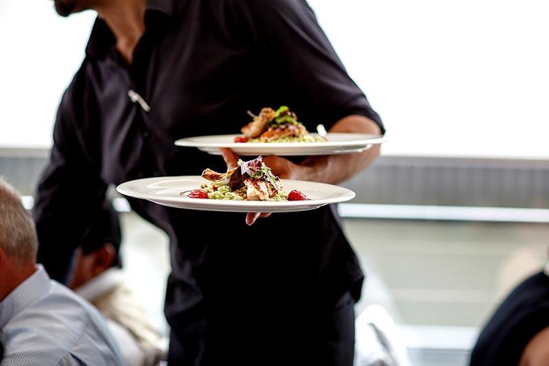 Έτσι θα παραγγέλνουμε στους σερβιτόρους από Δευτέρα – Oι νέοι κανονισμοί
