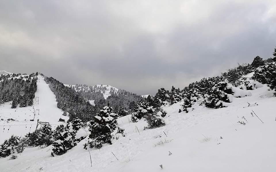 Χιονίζει στα ορεινά του Καρπενησίου (video)