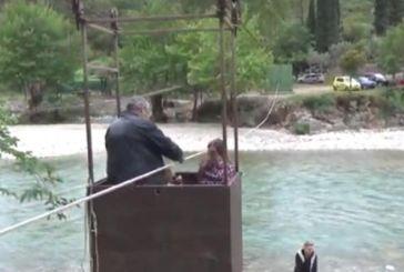 Καρέλι: Μία αλλιώτικη «γέφυρα» στην Ναυπακτία – Μέσα σε ξύλινο κουτί με τέσσερα καρούλια (βίντεο)