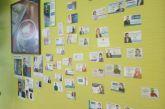 Τους κρέμασε (τις κάρτες) στον τοίχο…