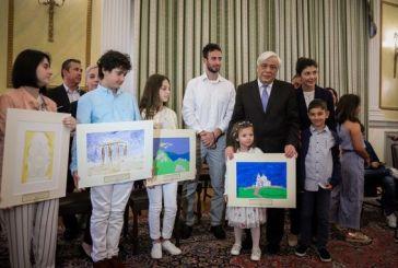 Μια μικρή Αμφιλοχιώτισσα μαθήτρια ανάμεσα στα παιδιά που δώρισαν ζωγραφιές στον Πρ. Παυλόπουλο