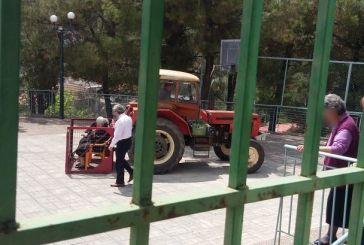 Στο Αγρίνιο η viral εικόνα των εκλογών: πήγαν τις γιαγιάδες να ψηφίσουν σε καλάθι τρακτέρ!