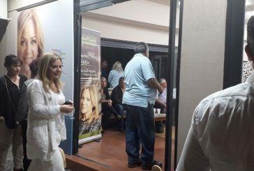 Η απορία διερχόμενης οδηγού όταν είδε γεμάτο το εκλογικό κέντρο της Σταρακά…