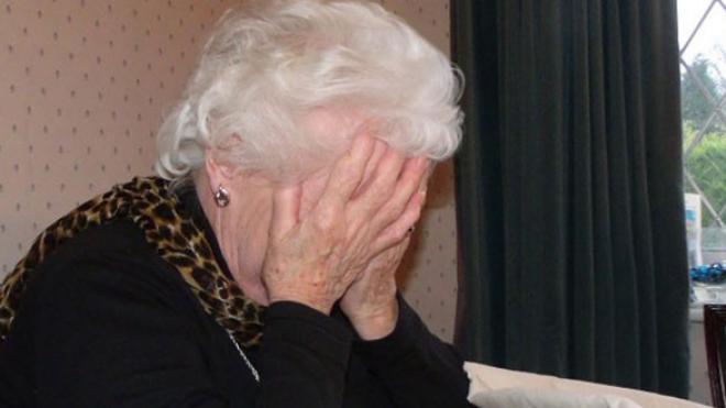 Δεν δίστασε να χτυπήσει την 89χρονη γιαγιά του ένας ανήλικος στο Καινούργιο