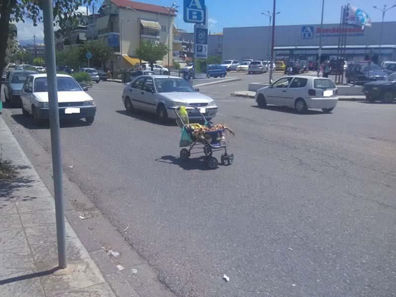 Αγρίνιο: Καρότσι μωρού με… σκόρδα παρκαρισμένο σε κεντρικό δρόμο!
