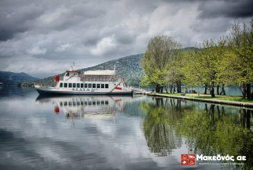 Πλοιάρια στη λίμνη της Καστοριάς. Στην Τριχωνίδα;