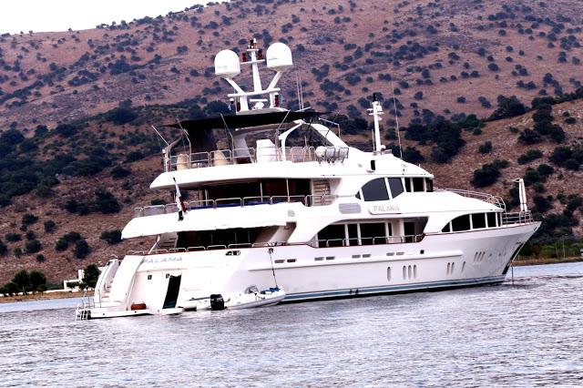 Μια εντυπωσιακή θαλαμηγός στο λιμάνι του Αστακού