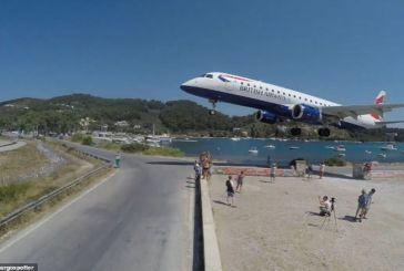 Σκιάθος: Προσγειώσεις του τρόμου λόγω των τουριστών που θέλουν selfie με αεροπλάνο