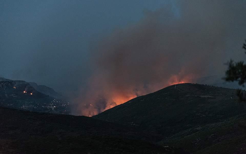 Μαίνονται τα πύρινα μέτωπα στην Εύβοια – Εκκενώθηκαν προληπτικά οικισμοί