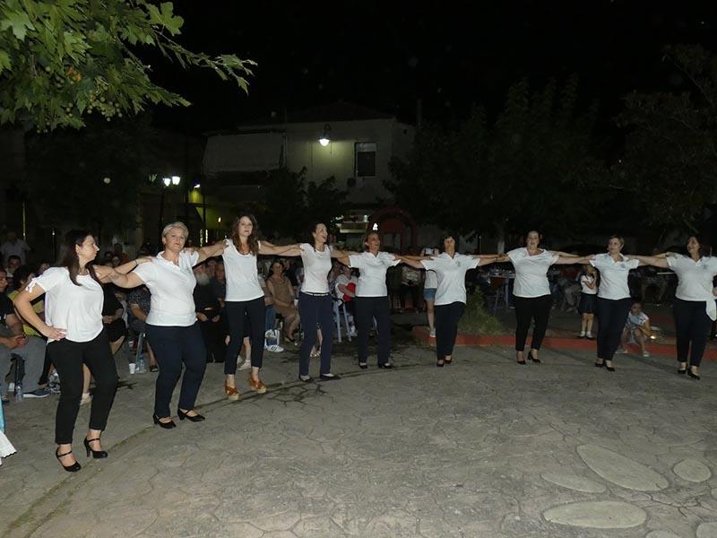 Χοροί και τραγούδια στην πλατεία Καλυβίων (φωτο)