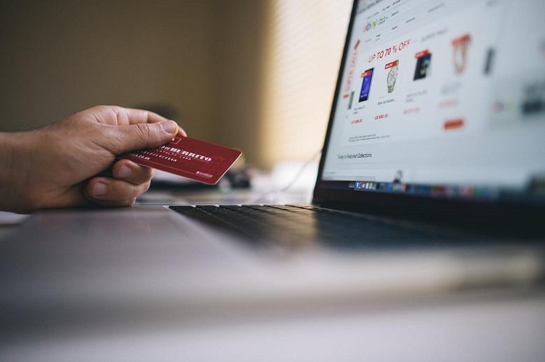 Οι μισοί χρήστες του Internet στην Ελλάδα αγοράζουν online – Προτιμούν τα e-shops στο εξωτερικό