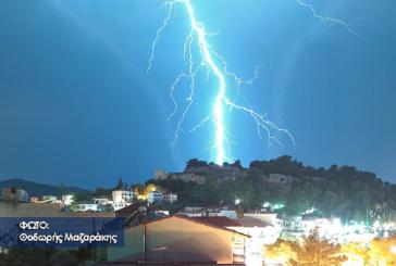 """Εντυπωσιακή φωτογραφία: Κεραυνός """"χτυπά"""" τη Βόνιτσα"""