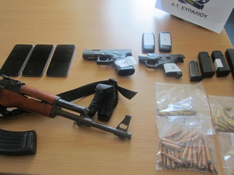 Έπαιρναν τηλέφωνο για ναρκωτικά σε κινητό που… παρουσιαζόταν από την αστυνομία – video