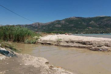 Ο ξεροπόταμος του Βάρνακα θόλωσε τη θάλασσα κοντά στον Μύτικα (φωτο)