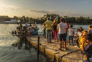 Το πέρασμα με βάρκες για τον Eσπερινό στην Αγία Παρασκευή Βόνιτσας (φωτο)