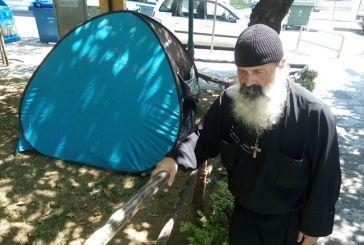 """Ο """"άστεγος"""" κληρικός του Αγρινίου τώρα υπόσχεται εξομολόγηση μέσω … του Facebook!"""