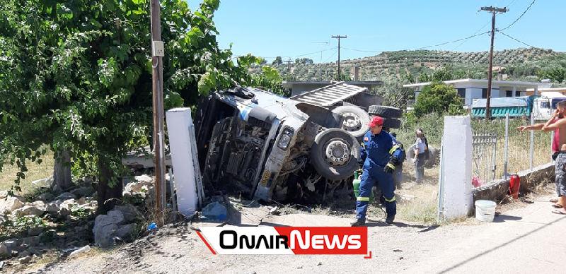 """Ατύχημα μετά από """"τρελή"""" πορεία φορτηγού στο Μεσολόγγι, στο νοσοκομείο ο οδηγός"""