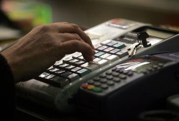 Το πάρτι της φοροδιαφυγής καλά κρατεί – Πώς σας χρεώνουν περισσότερα όταν πληρώνετε με κάρτα