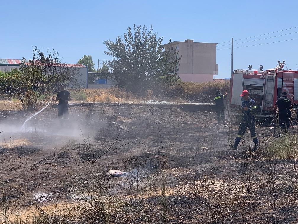 Φωτιά σε κατοικημένη περιοχή του Αγρινίου (φωτό)