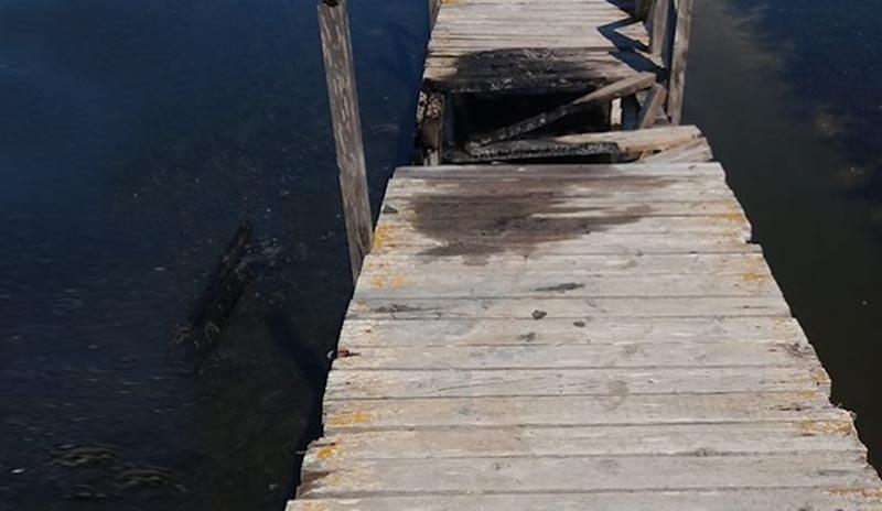 Έβαλαν φωτιά στην ξύλινη πεζογέφυρα στην Περατιά (φωτο)