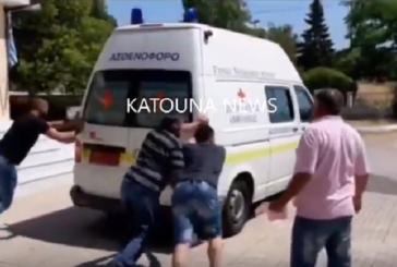 Αιτωλοακαρνανία: Έσπρωχναν ασθενοφόρο να πάρει μπρος για τη διακομιδή τραυματία από τροχαίο (video)