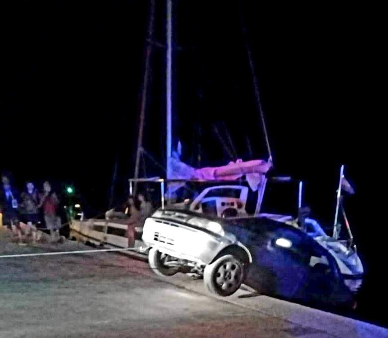 Αυτοκίνητο παραλίγο να πέσει στη θάλασσα κοντά στην πλωτή γέφυρα της Λευκάδας