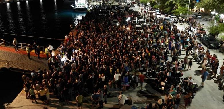 Σαμοθράκη: Σε απελπισία οι τουρίστες – Πολιόρκησαν πλοίο (εικόνες-video)