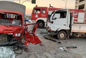 Σφοδρή σύγκρουση φορτηγών με τραυματισμούς στον κόμβο Τριαντέικων στο Αγρίνιο