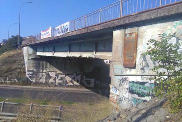 Σε μαύρα χάλια η Αερογέφυρα Αγρινίου, επικίνδυνη περίφραξη για τους οδηγούς