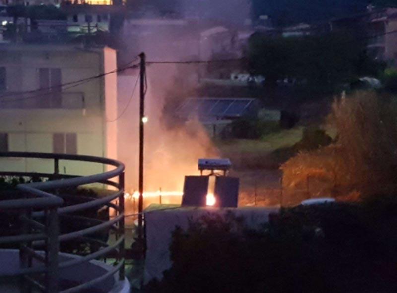 Φωτιά τα ξημερώματα αναστάτωσε γειτονιά στον Άγιο Κωνσταντίνο Αγρινίου