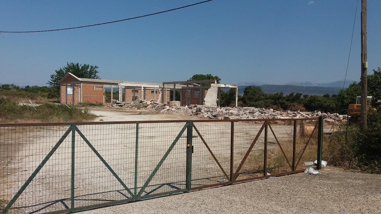 Κατεδαφίστηκε το κτίριο των αποθηκών της Ένωσης στον Πλάτανο Καλυβίων- Η πρόσφατη τραγωδία