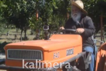 Μητροπολίτης-αγρότης καλλιεργεί και τα δίνει σε όσους έχουν ανάγκη – Με καπέλο πάνω σε τρακτέρ (video)