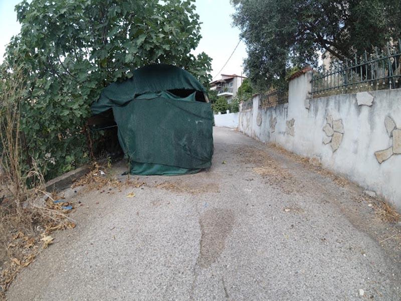 Στέγαστρο για παρκάρισμα μέσα σε δημόσιο δρόμο σε χωριό του Ξηρομέρου!