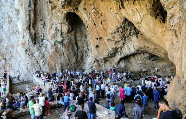 Θεία λειτουργία στο σπήλαιο της Βαράσοβας