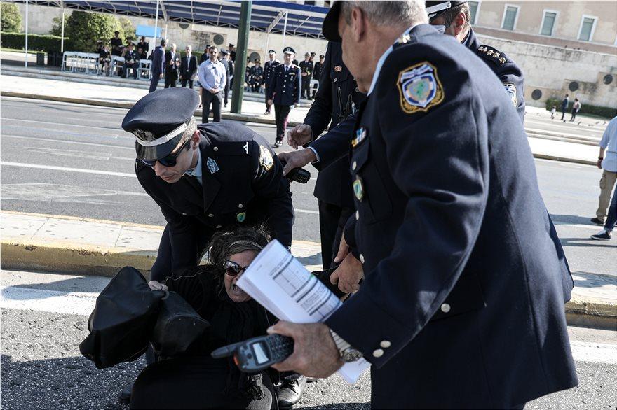 Ελένη Λουκά: Έκανε «ντου» στην παρέλαση – Την απομάκρυναν αστυνομικοί