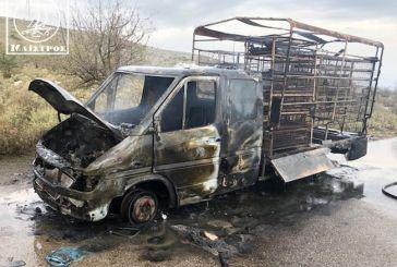 Κάηκε ολοσχερώς φορτηγό με κοτόπουλα στην Αμφιλοχία