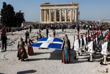 H Aθήνα γιορτάζει τα 75 χρόνια από την απελευθέρωσή της – Δείτε εικόνες με τους Εύζωνες στην Ακρόπολη