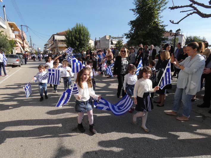 28η Οκτωβρίου: παρήλασαν και οι μαθητές των Καλυβίων (φωτο)