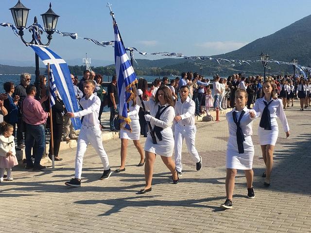 Θερμό χειροκρότημα για τους μαθητές στην παρέλαση της Βόνιτσας